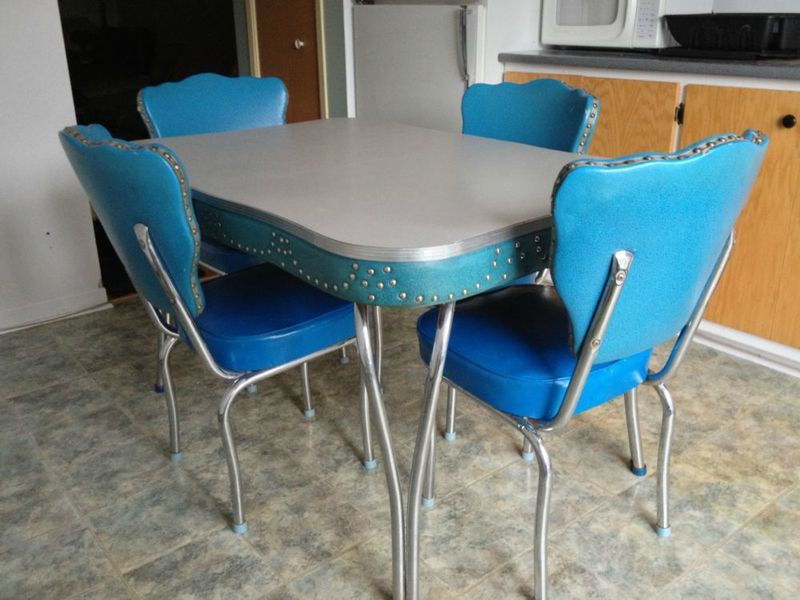 Vintage blue kitchen table the interior design for Retro kitchen table and chairs